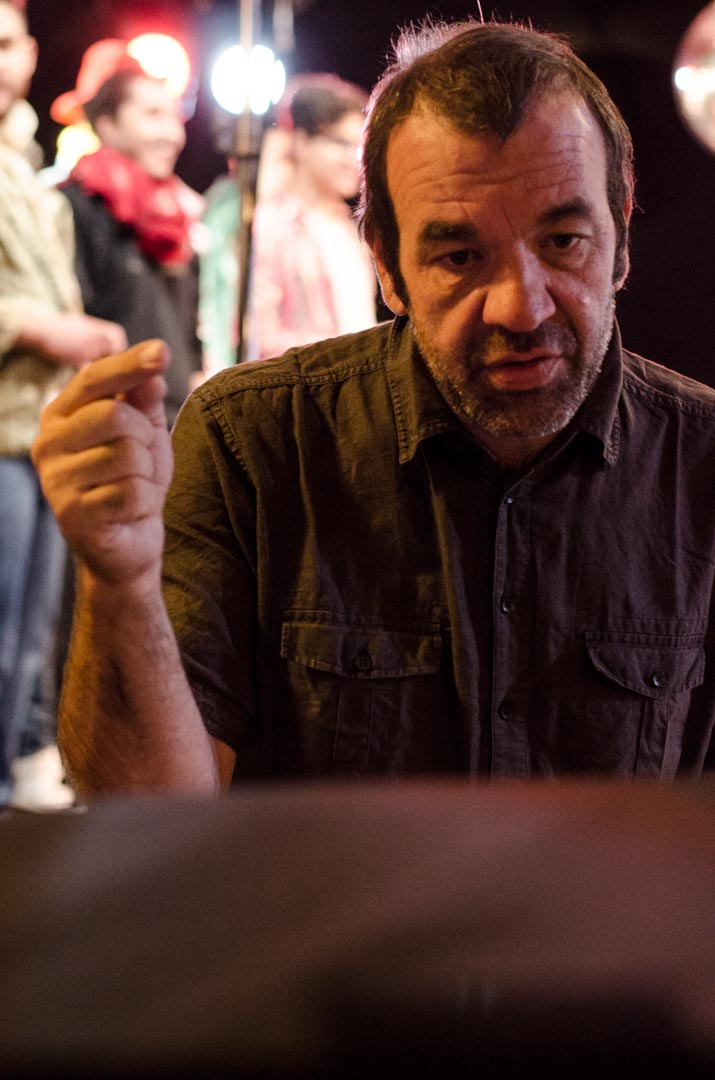 Regisseur Patrick Merz beim Platzieren der Schauspielenden